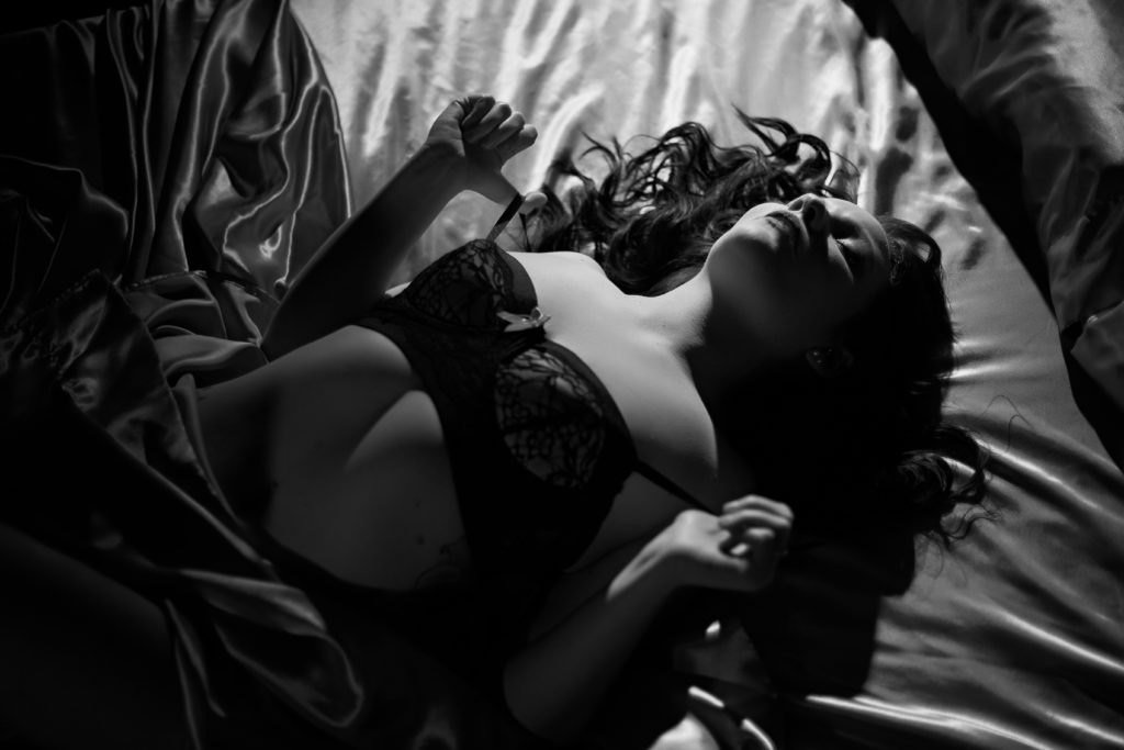 Sexy black and white boudoir images